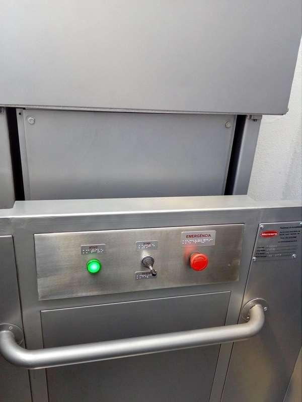 Plataforma elevatória semi cabinada